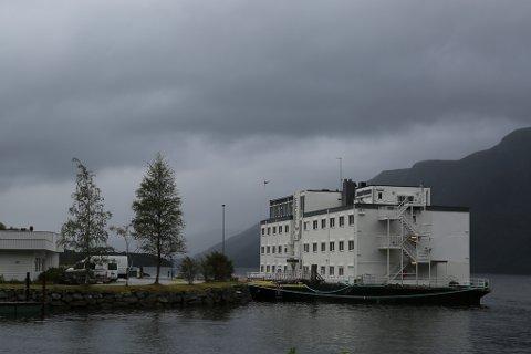 Bremanger Fjordhotell har leigd inn flotell for å huse alle leigearbeidarane som er i sving i området for tida.