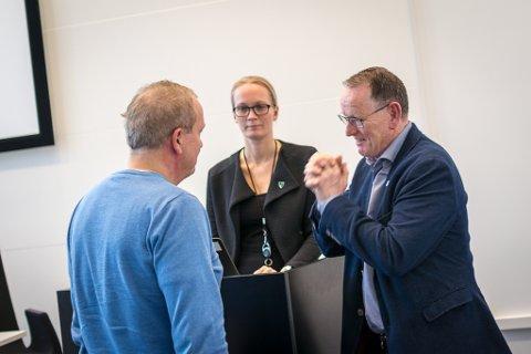 Helge Robert Midtbø (Ap) i samtale med assisterande kommunedirektør Lise Mari Haugen og kommunedirektør Ole John Østenstad.
