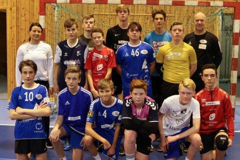 Vibeke Mowatt (bak t.v.) og Ole Bernt Solheim (bak t.h.) har vore vertskap og trenarar for 40 gutar som har vore på talentsamling i Florø i helga. Her saman med siste pulje.