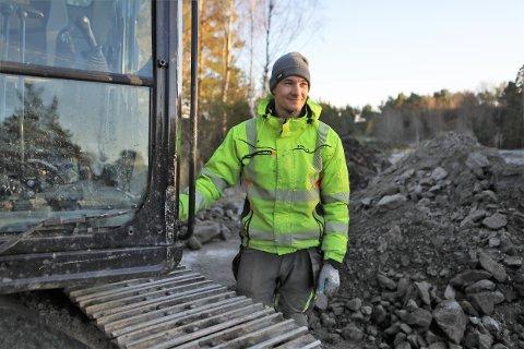 MASKINFØRAR: Grundig og effektiv er to gode kvalitetar om du jobber som maskinførar. Sondre Døskeland (27) har hatt styrt gravemaskina på vegen som no er klar to månader før tida ut til Sørstrand.