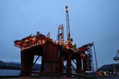 BORERIGG: Dolphin Drilling sin «Borgland Dolphin» til kai ved Westcon sitt verft i Florø.