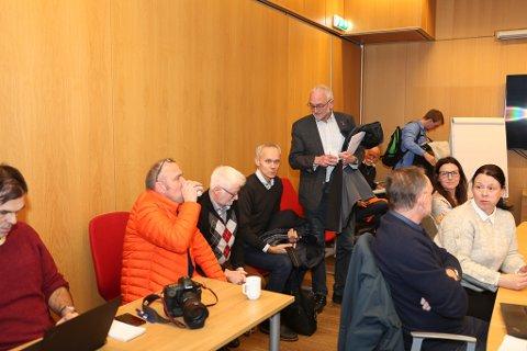 HAR FÅTT NEI: Her må ja-grunneigar Einar Svarstad, Leif Varpe og representantane frå SFE, Ola Lingaas og Stig Svalheim konstatere at vindkraftmotstandarane har vunne fleirtalet av formannskaps-politikarane over til sitt syn.