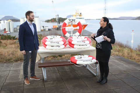 LIVBØYER: 27. november overrekte direktør Tone Hjulstad i Tryg Forsikring dei nye livbøyene til administrerande direktør Erlend Toftesund i Saga Fjordbase.