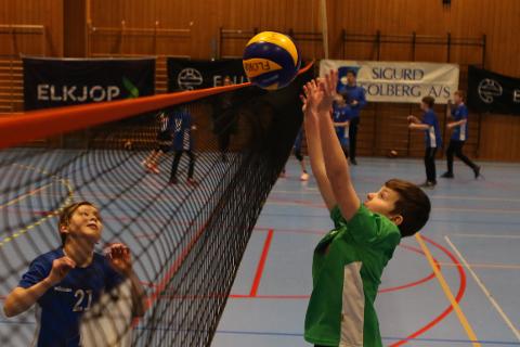 Ådne Vårdal (t.h.) var ein av dei mange spelarane under Florø Volleyball Enivest Cup i Florøhallen søndag.