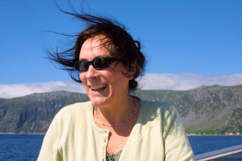 Mary Black om bord i skyssbåten i Bremangerpollen. Grotle i bakgrunnen.