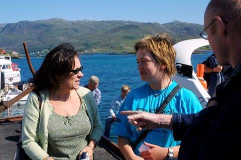 Mary Black då ho kom til Iglandsvik under Rockweekend i 2002. Her blir ho møtt av Hilde Hauge, som framleis er medarrangør.