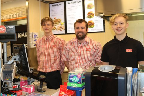 SKAL HA DØGNOPE: Kasper Bruås, Ruben Solheim og Bendik Lothe Jagedal på Circle K-stasjonen i Florø.