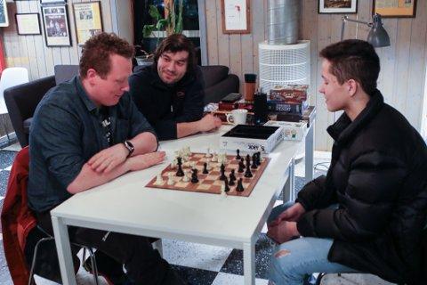 ATDETVAR? Daniel Michea Giil (15, til høgre) er ein talentfull, lokal sjakkspelar. Her har han nettopp gjennomført eit snikangrep. Før fem minutt er gått, og før Torgeir Pedersen Hindøy blir klar over det, er han sjakk matt. Bak t.v. Sebastian Crescenti.