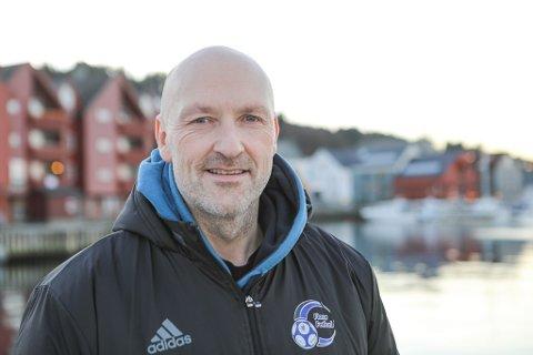 GLER SEG: Frode Nybø (47) er ny hovudtrenar for Florø Fotball. Han meiner det er lettare å komme etter Terje Rognsø no når Florø er rykka ned og kabalen må leggast på nytt.