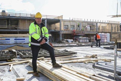 GODT I GANG: Senterleiar Rolf Arne Rognaldsen på taket av påbygget. Taket her vart ferdig støypt måndag. Her oppe blir det 82 parkeringsplassar når alt står ferdig.