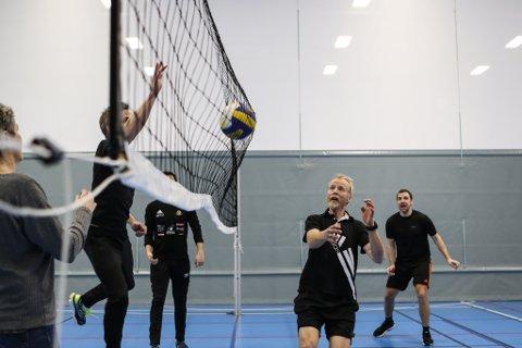 SAMSPEL: Lærar Ragnar Åmot (i forgrunnen) og kollegaene ved Eikefjord barne- og ungdomsskule speler volleyball ein gong kvar fjortande dag, som eit ledd i arbeidsmiljøarbeidet ved skulen.