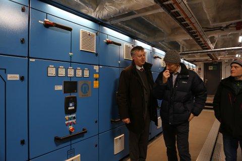 Sjef for nybygg Arild Austrheim i samtale med Trond Strømgren i motorrommet- der dei elektriske motorane blir styrt.