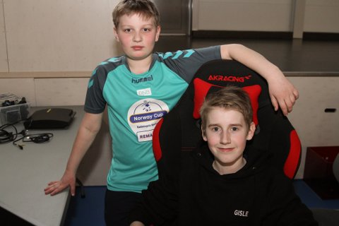 12 år gamle Oskar Elias Ågotnes (ståande) har reist frå Sotra for å vere med på lanet og å saman med kompisen Gisle Fjell Osland (snart 14).