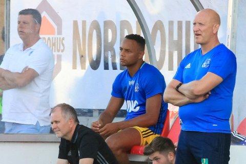 IKKJE BENKEN: Nicklas Frenderup vil ikkje sitte på benken i HB Køge, slik han gjorde her, mot Kongsvinger for Florø i fjor. No er han på klubbjakt igjen.