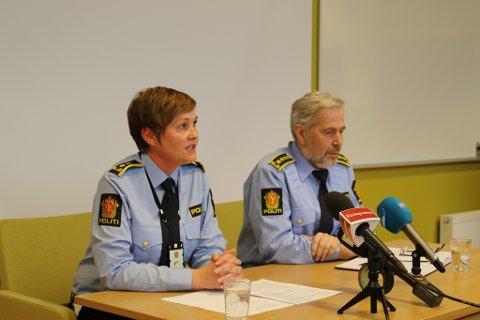 MØTTE MEDIA: Politiadvokat Inger Lise Høyland og politiinspektør Arne Johannessen i Vest politidistrikt heldt pressekonferanse i Florø.