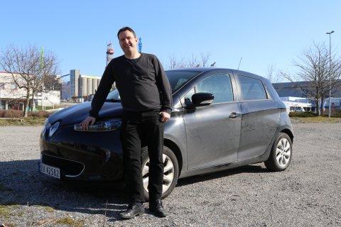 ELBIL: Som toppkandidat for MDG og framtidig kommunepolitikar i Kinn, tek Odd Bovim sikte på å bruke min Renault Zoe elbil mellom Florø og Måløy. Det håpar han mange andre også gjer - og at det kjem på plass ein ladestasjon mellom dei to kommunesentra.