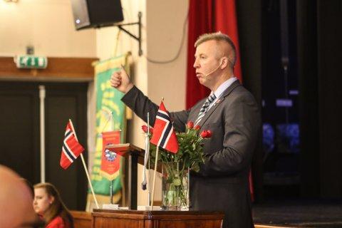 INDUSTRI ENERGI: Forbundsleiar Frode Alfheim heldt appell under 1. maifeiringa i Svelgen.