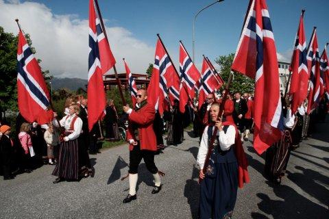 FSK har arrangert 17. mai i florø i 20 år. Her går flaggborga i 2008.