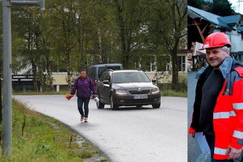 Fv 614 ved Svelgen oppvekst. Her manglar det trygg gangveg frå Breivika til sentrum. Til høgre Jon Huseklepp i Statens vegvesen.