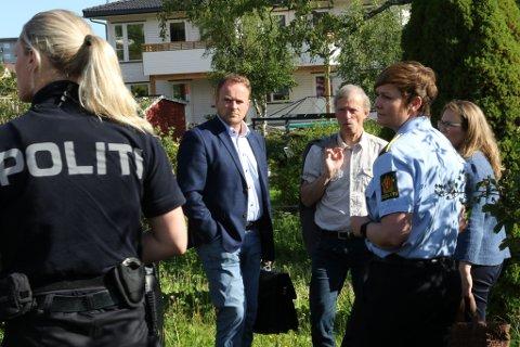 FRÅ REKONSTRUKSJONEN: Advokatane til dei sikta, Ivar Blikra og Frode Sulland (t.h.) ved åstaden for drapet i Florø, saman med politiadvokat Inger-Lise Høyland.