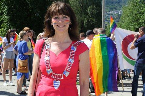 Fylkesordførar Jenny Følling, her under Pride i Førde tidlegare i juni.