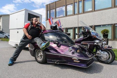 KLAR FOT TUR: Til veka som kjem legg Roger Eltvik på ny turen til Europa saman med hans kjære Honda Goldwingsykkel. Men i år har han med seg ei anna vogn enn det han hadde i fjor.