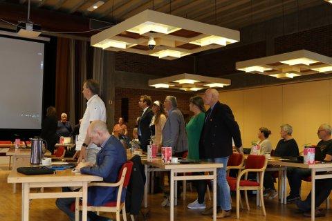 BYSTYRET: Her røyster Flora bystyre over kommunal bygging og drift av eit nytt rådhus. Frank Willy Djuvik (Frp) og to frå Sp stemte imot, mens Høgre hadde eit eige framlegg om offentleg-privat samarbeid.