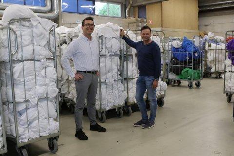 SIKRAR JOBBAR: Marknadssjef Ole-Martin Frimannslund og driftssjef for Nor Tekstil i Florø Fred Helge Kvammen, her i samband med at dei fekk ein stor kontrakt med Equinor tidlegare, er berre to av dei 1095 tilsette i Nor-Tekstil. Dei hadde eit jubelår i fjor.