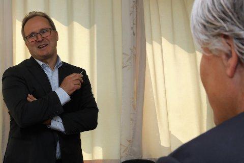 SATSAR I LAG MED VY PÅ TURISME: Dagfinn Neteland, konserdirektør i Fjord1,inngår no tett samarbeid med Vy om meir miljømessig bærekraftig turisme i Norge. Her saman med miljøvernminister Ola Elvestuen i Florø sist veke.