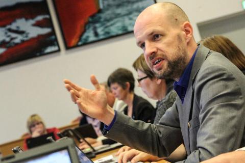 MANAR TIL KAMP: Styreleiar i Kystvegen Ålesund-Bergen, Frank Willy Djuvik, oppmodar politikarar og næringsliv langs kysten til å mobilisere for dei to prosjekta.