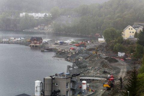 Den raude sjøbua her må flyttast for andre gong i samband med endra planar for industrien i Svelgen. Den er eigd av Frank Håøy.