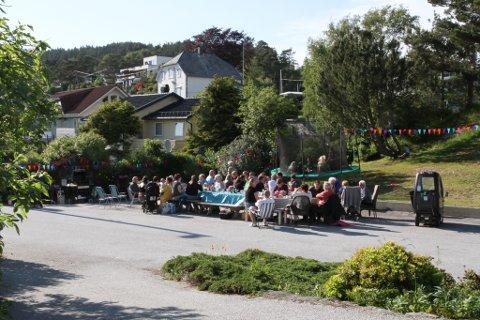 I land litt lenger sør i Europa er det vanleg med nabolalgsfestar utandørs. Her på berget kan slikt vere vanskeleg å planlegge i samarbeid med upålitelege vêrgudar, men fredag var dei medgjerlege.