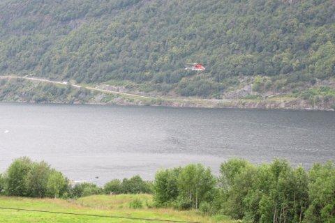 MANN SAKNA: Det er sett i gang eit stort søk både på land, på vatn og frå lufta, etter at ein mann blei meld sakna etter at å ha falle over bord frå ein fritidsbåt i Dalsfjorden. FOTO: FIRDA