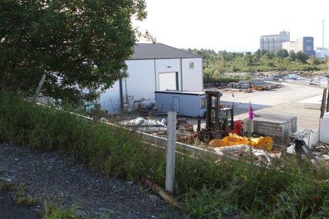 GJERDET: Kommunen varslar tvangsmulkt om det ikkje blir sett opp gjerde mellom enden av Industrivegen og industriområdet og båthamna.