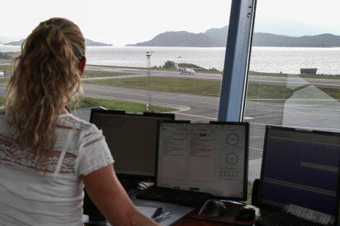 Camilla Dypevik Steinhovden følgjer med og forsikrar seg om at innflyginga til WF 102 frå Oslo via Førde går fint til flyet er trygt parkert.