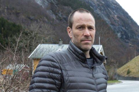 ETTERFORSKAR: Politioverbetjent Askel Rødland er straffersaksanvarleg i Sogn og Fjordane. Han seier saka der ein gut blei biten av hund i Gloppen tysdag frameleis er under etterforsking.
