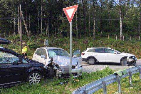 KRASJ PÅ E39: Den svarte bilen til venstre stod parkert, og har ikkje vore involvert i ulykka. Dei to andre bilane stod framleis i vegkanten ein times tid etter at ulykka skjedde. Personane som var i bilane er sende til sjukehus for sjekk.