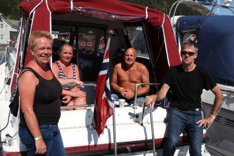 F.v. May-Britt Smedvik, Ann Helen Hausle, Jonny Førde og Kjell-Bjarte Varpe naut livet i båtane sine under festivalen. – Veldig avslappande!