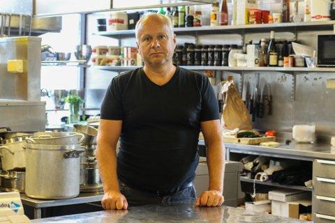 FORBANNA: Øystein Berge har drive Bistro To Kokker Selskap og Catering frå dette storkjøkkenet i samfunnshuset sidan 1991. Dette kjøkkenet er hjertet til fleire av avdelingane til Bistro to Kokker, mellom anna gjer storkjøkkenet det mogleg å ha selskap og servering på Svanøy Hovedgård.