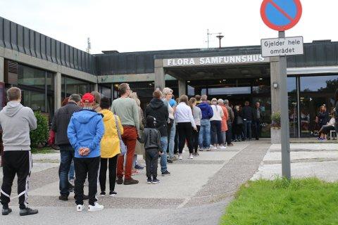 KØ: Det var lange køar for å stemme måndag ettermiddag og kveld.