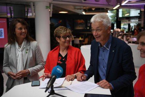Jon Askeland (Sp) (t.h.) blir fylkesordfører i Vestland. Her sammen med fersk fylkesvaraordfører Natalia Golis (MDG) (t.v.) og tidligere fylkesordfører i Hordaland Anne Gine Hestetun (Ap).