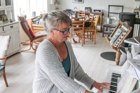 SONGPEDAGOG: Mang ein songar har blitt oppdaga og vidareutvikla av songpedagog Kristin Skau. Ho har også skipa to kor her i Florø. Laurdag arrangerer eitt av dei avskjedskonsert med dirigenten sin.