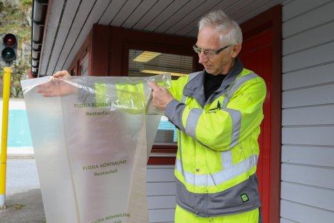 OPPSYNSMANN: Inge Willy Flister i Flora kommune har allere ekjøpt inn gjennomsiktige søppelsekkar. Desse kan ein få kjøpt på tenestetorget.
