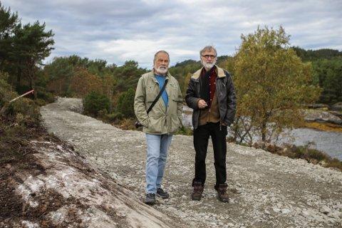 NY VEG: Fredrik Gulbrandson og Magne Hovland i Sørstrand folkepark. Her har Trygve Ullaland AS lagt grus over den nye stien eller grusvegen ut til Sørstrand. Under grusen ligg der straumleidningar og vatn og kloakk til eit framtidig servicebygg.
