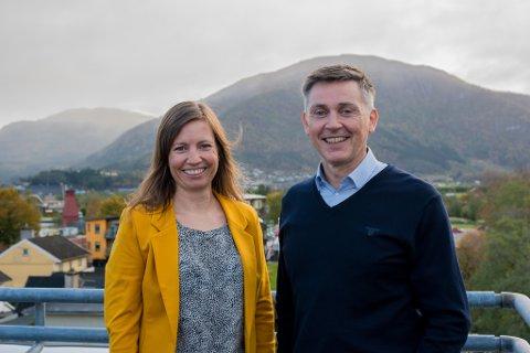 NØGDE: Linda Vøllestad Westbye (direktør privatmarknad) og Trond Teigene (administrerande direktør) er glade over at Sparebanken Sogn og Fjordane tronar øvst av sparebankane på nøgde kundar.