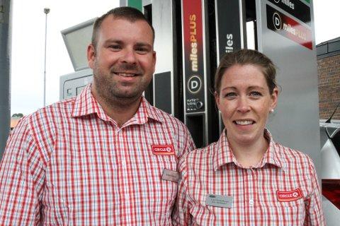 Dagleg leiar Ruben Solheim og assisterande butikksjef Liss Christoffersen merkar førebels ikkje noko til at det blir fleire elbilar på Circle K sin drivstoffomsetnad.