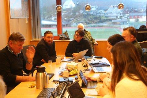 Frå debatten i formannskapet.  Magne Kjerpeset (Sp) stod på sitt, men partiet blei nedstemt av Ap, Venstre og Høgre.