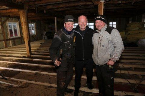 Godt humør under jobben med restaurering av Sjøholthuset. Gründer Svein Inge Fosse i midten saman med Geir Nesbakk t.v. og Robert Wdowiak i snekkarfirmaet Lågeide og Nesbakk.