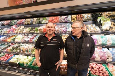 TØFF BRANSJE: Knut Roger Havn t.v. gjekk frå nyttår inn som butikksjef i Spar-butikken i Eikefjord. Her saman med faren Arve Eilert Havn under nyopninga av butikken 24. januar i fjor.