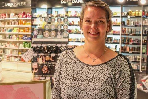 NYE UTFORDRINGAR: Anne Elin Bårdsen sitt blide ansikt er velkjent for Amfi-kundane. Når Power-butikken opnar, flyttar ho over gangen frå Vita. – Det blir veldig spennande å byrje med noko nytt!